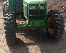 Tractor John Deere 5705 4X4 con Levante de 3 Puntos.