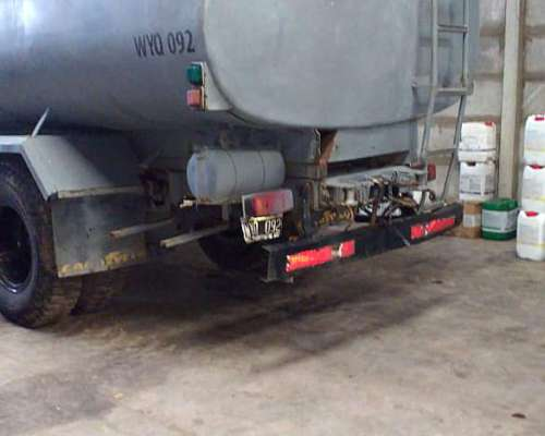 Camion Ford 700 con Cisterna